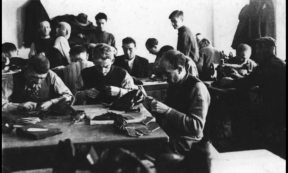 In the ghettos, people were often forced into labour. Here, inhabitants of the Łódź Ghetto are photographed in a workshop.