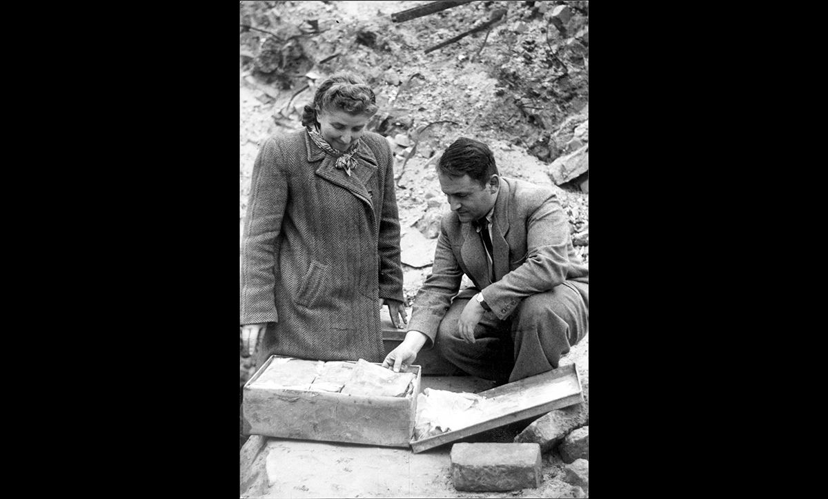 Rachel Auerbach and Hirsch Wasser unearthing the hidden Oneg Shabbat archives in September 1946.